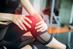 Ostenta ferimento no joelho no gym do treinamento da aptidão Treinamento e medi fotografia de stock royalty free
