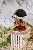 Ostenta flores de madeira da decoração do suporte do cavaleiro do capacete imagens de stock