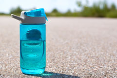 Ostenta a garrafa de suportes da água na estrada Fotografia de Stock Royalty Free