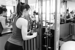Ostenta a jovem mulher que faz exercícios no gym fotos de stock royalty free