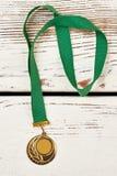 Ostenta a medalha no fundo de madeira foto de stock royalty free