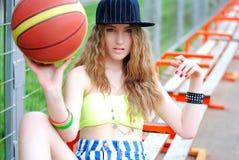Ostenta a menina Menina à moda nos esportes Fazendo esportes Treinamento urbano da menina Basquetebol court foto de stock