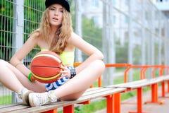 Ostenta a menina Menina à moda nos esportes Fazendo esportes Treinamento urbano da menina Basquetebol court Fotografia de Stock