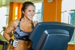 Ostenta a mulher no gym. Imagens de Stock