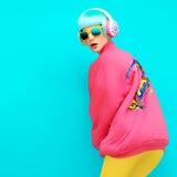 Ostenta o estilo do inverno da menina em um fundo azul no vintage brilhante Fotografia de Stock
