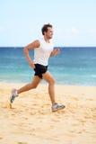 Ostenta o homem do corredor da aptidão que movimenta-se na praia imagens de stock