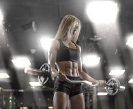 Ostenta o treinamento 'sexy' novo da menina no gym Foto de Stock Royalty Free