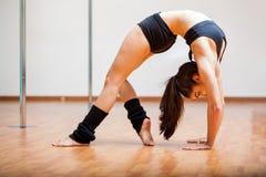 Ostentare flessibile del ballerino del palo Fotografia Stock