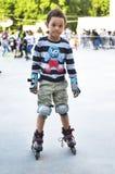 Ostente as crianças que tentam patinar no parque na cidade Ska bonito do menino imagens de stock royalty free