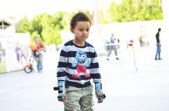Ostente as crianças que tentam patinar no parque na cidade Ska bonito do menino fotos de stock