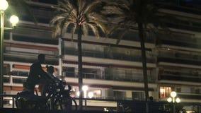 Ostente bicicletas da equitação dos pares na cidade da noite, vida saudável de vida dos povos ativos video estoque