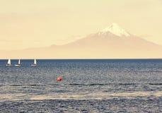 Ostente iate da navigação na regata no lago Llanquihue no fundo do vulcão Osorno no Chile, Ámérica do Sul fotos de stock royalty free