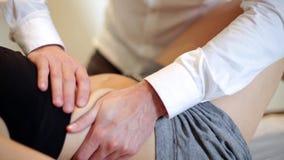 Osteologo che manipola un paziente stock footage