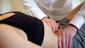 Osteopaat die een patiënt manipuleren stock footage