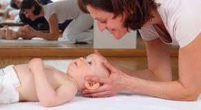 Osteopatía con el bebé con el bloqueo en las vértebras cervicales Imágenes de archivo libres de regalías