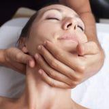 Osteopatía con la manipulación cervical imágenes de archivo libres de regalías