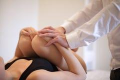 Osteopat som behandlar en patient Royaltyfria Foton