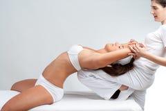 Osteopat som gör inbindningsbehandling på kvinna royaltyfria foton
