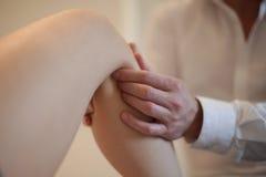 Osteopata que manipula um paciente Fotografia de Stock Royalty Free
