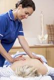 Osteopath που θεραπεύει το θηλυκό χρήστη Στοκ εικόνες με δικαίωμα ελεύθερης χρήσης