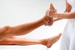 Osteopath που τρίβει το θηλυκό πόδι Στοκ Φωτογραφίες