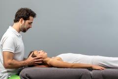 Osteopath robi czaszkowej terapii na dziecku zdjęcie stock
