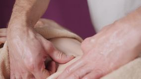 Osteopath robi manipulacyjnemu masażowi na żeńskim podbrzuszu Mężczyzna wręcza masowanie kobiety Terapeuta stosuje naciska na brz zdjęcie wideo