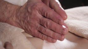 Osteopath robi manipulacyjnemu masażowi na żeńskim podbrzuszu Mężczyzna wręcza masowanie kobiety Terapeuta stosuje naciska na brz zbiory