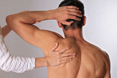 Хиропрактика, osteopathy Терапевт делая заживление обработку на задней части человека Нетрадиционная медицина, облегчение боли Стоковые Фотографии RF