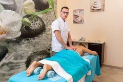 Osteopatterapeuten, gör behandligen och masserar patienten med en skada royaltyfri bild