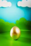 Osterei auf Frühlingshintergrund Lizenzfreies Stockfoto