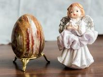 Osterei Browns mit einem schönen kleinen Engel stockfoto