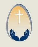 Osterei, ein Kreuz und Hände Stockbilder