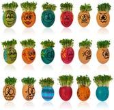 Osterei gemalt in einem lustigen smileymädchengesicht und in einem bunten patt Lizenzfreie Stockbilder