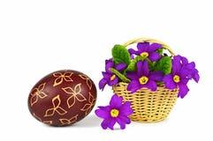 Osterei gemalt mit Wachs- und Frühlingsblumen Lizenzfreie Stockfotografie