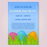 Osterei-Jagdeinladungs-, -flieger-, -plakat- oder -plakatschablone mit verschiedenen Eiern im Gras in der Karikaturart Vektor Lizenzfreie Stockfotos