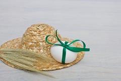 Osterei mit Band auf hölzernem Hintergrund Lizenzfreies Stockfoto
