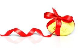 Osterei mit rotem Band auf weißem Hintergrund Lizenzfreies Stockfoto