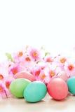 Osterei- und Blumenfrühlingshintergrund Lizenzfreies Stockfoto