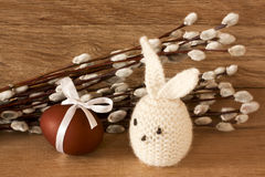 Osterei und Kaninchen auf Catkinshintergrund Stockfoto