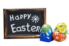 Osterei und Ostern-Grüße auf einer Tafel Stockbilder
