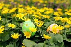 Osterei versteckt in einer Blumenwiese Traditionsjagd und Suchen nach Eiern lizenzfreie stockbilder