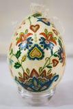 Osterei verziert mit den Blumen gemacht durch decoupage Technik Lizenzfreie Stockfotos