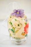Osterei verziert mit den Blumen gemacht durch decoupage Technik Lizenzfreie Stockfotografie