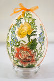 Osterei verziert mit den Blumen gemacht durch decoupage Technik Stockbilder