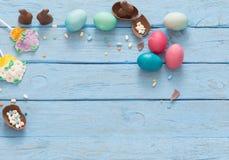 Ostereier über hölzernem Hintergrund Stockfoto
