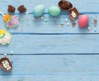 Ostereier über hölzernem Hintergrund Stockfotografie