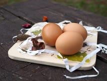 Ostereier auf dem Brett und auf dem Stand decoupage stockfotos