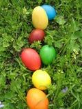 Ostereier auf dem Gras Lizenzfreies Stockbild