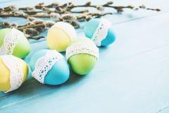 Ostereier auf dem Tisch Stockfoto